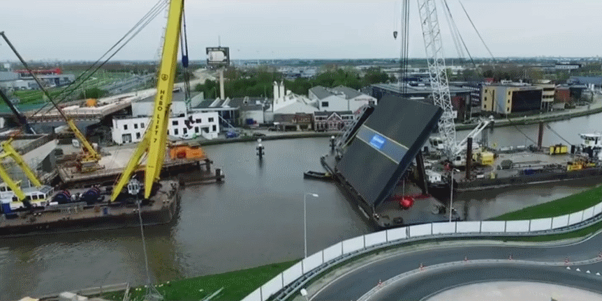 Nieuwe brug Waddinxveen op plek gehesen