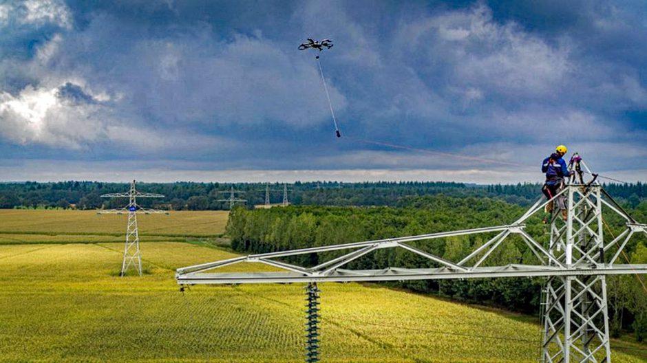 Drone voert werkzaamheden uit aan hoogspanningsmast in NL (film)